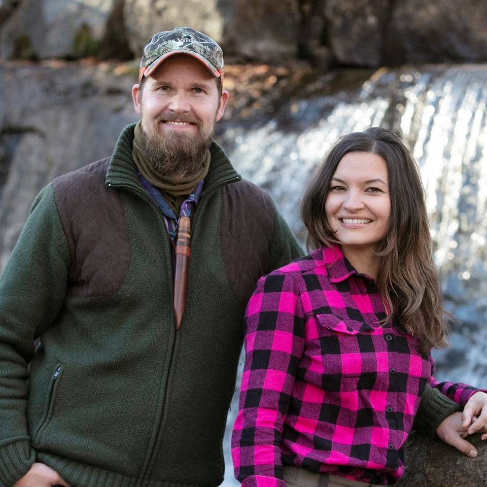 Jonas och Therese Landolsi vid vattenfall Jonas Vildmark Bushcraftcenter Foto Per Groth